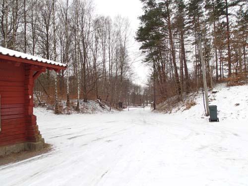 """Den """"nya"""" infarten från 1860-talet skär rakt genom åsen där vägen tidigare gick. Foto: Per Hallén 2013."""