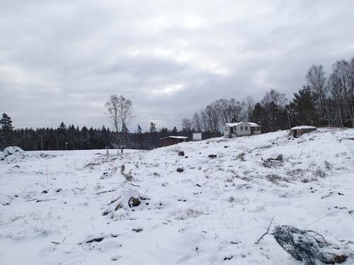 Några äldre hus står kvar men snart kommer hela detta område att täckas av modern villabebyggelse.