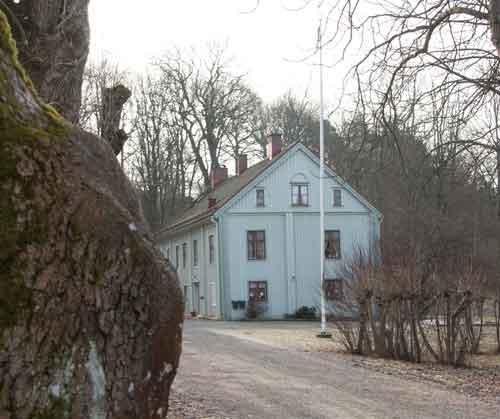 Skårs huvudbyggnad är från 1700-talet och idag den enda äldre bevarade byggnaden från gården.