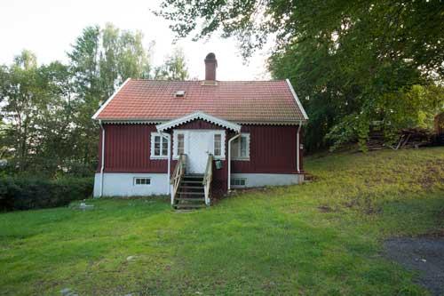Den före detta trädgårdsmästarebostaden innan den omvandlades till hunddagis. Foto: Per Hallén 2011.