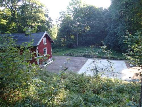 Bengtstorpet och den nya plattan sedd uppifrån sluttningen. Foto: Per Hallén
