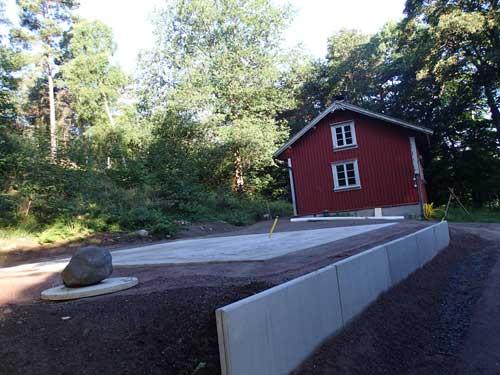Det är en ganska stor platta som gjutits mellan torpet och brunnen. Foto: Per Hallén.