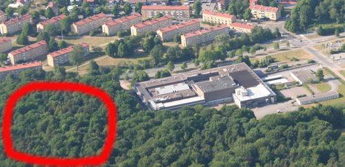 """Flygbild från 2008 över området. Den röda ringen markerar området där man föreslog uppförandet av """"Delsjöhus""""."""