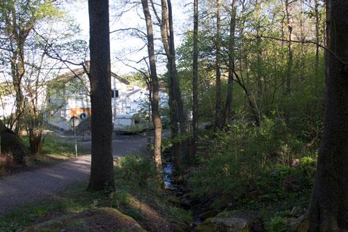 Vattnet rinner ned i rör nära bebyggelsen vid det moderna Skår.