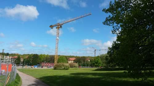 En ny kran, närmare Delsjövägen där HSB:s andra förening byggs, har tillkommit sedan mitt senaste besök. Foto: Per Hallén 2015