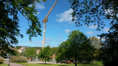 Från den gamla vägen upp mot Stora Torp kommer vyn att förändras radikalt när de nya husen är på plats. Foto: Per Hallén 2015
