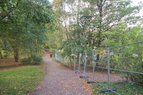 Även allén kantas nu av staket. Foto: Per Hallén 2014.