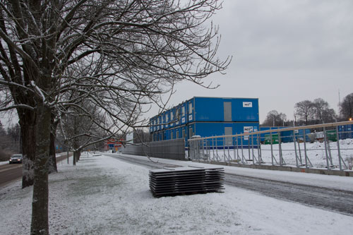 NCC:s byggbodar och det nya planket utmed Delsjövägen. Foto: Per Hallén 2014