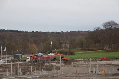 Grävmaskin och lastbil i arbete vid HSB:s blivande hus. Foto: Per Hallén 2014.