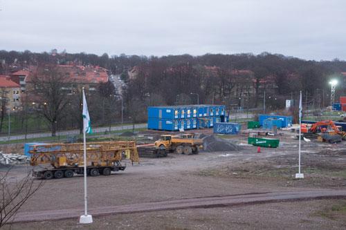 Nu börjar det anlända kranbilar, ett tecken på att bygget är på väg att gå från gropar i marken till färdiga hus. Foto: Per Hallén 2014