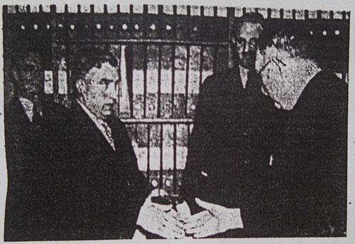 Skogvaktare C. Hjalmar Hjort mottar sin medalj av statsrådet Bramstorp. Jägmästare Wigelius i bakgrunden. T.v. den andre medaljören skogvaktare Holm-Jensen. (Bildkälla GP 1942)
