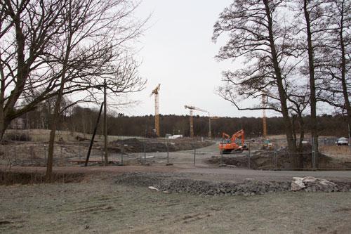 Sett från Lilla Torps allé är det tydligt hur mycket jord och lera som nu fraktats bort från området.