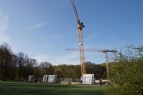 Byggelement, troligen för den första våningen ovan jord, finns nu på plats vid HSBs hus. Foto: Per Hallén 2015