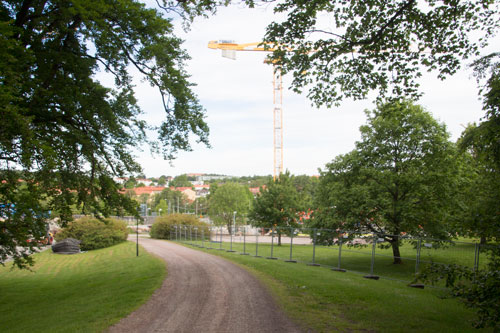 När stängslen kommer upp blir det tydligt hur stor del av Stora Torps närområde som nu kommer att tas i anspråk för bebyggelsen. Foto: Per Hallén 2015