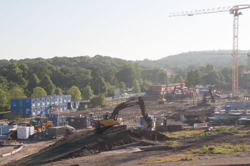 Det pågår ett bygge av en märklig ramp i området där grävskopan står, vad skall det bli av den? Foto: Per Hallén 2015