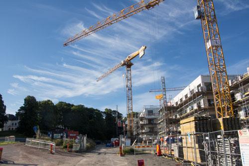 HSB:s första hus i området har vuxit snabbt. Nu har byggställningar satts upp utmed fasaden. Foto: Per Hallén 2015