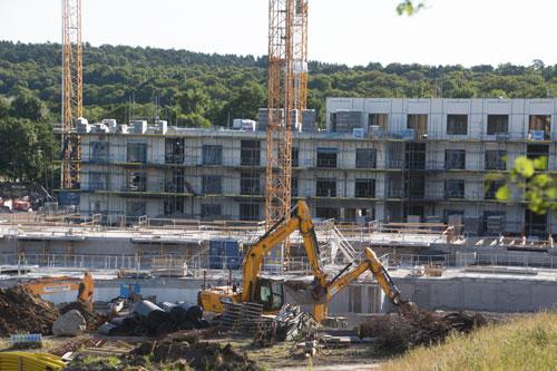 Tre maskiner arbetade med att gräva inför Skanskas nya byggnad. Foto: Per Hallén 2015