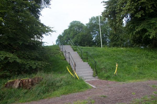 Den nya trappan mellan den blivande parkeringen och Stora Torp. Foto: Per Hallén 2015