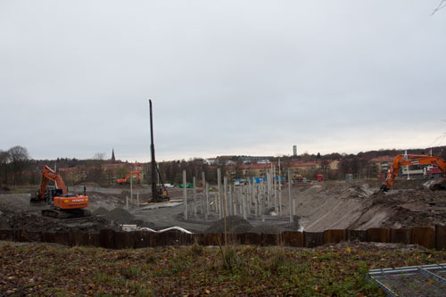 Många pålar blir det innan huset kan uppföras! Foto: Per Hallén 2014.