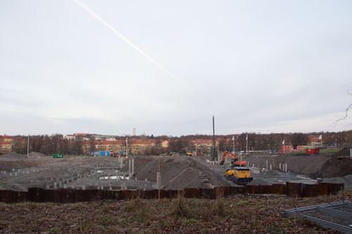 Till vänster är gropen för NCC:s hus och till höger HSB:s. Det kommer inte att bli mycket luft mellan husen. Foto: Per Hallén 2014