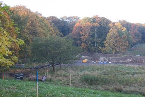 Vy genom staketet ned mot området där NCC håller på med sitt hus, senare kommer HSB att börja bygga på tomten närmast Stora Torp. Foto: Per Hallén 2014.