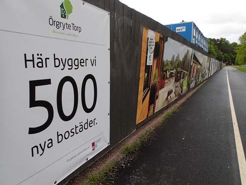 Det bruna planket har nu fått reklam för de som bygger i området.