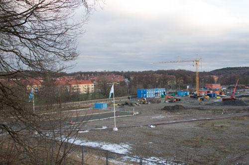 Nära Delsjövägen, där Skanska kommer att bygga radhus, har nu anlagts P-platser för byggarbetarna. Foto: Per Hallén 2015.