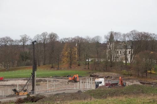Stora Torps huvudbyggnad syns ännu en tid innan de nya husen kommer att täcka vyn. Foto: Per Hallén 2014.