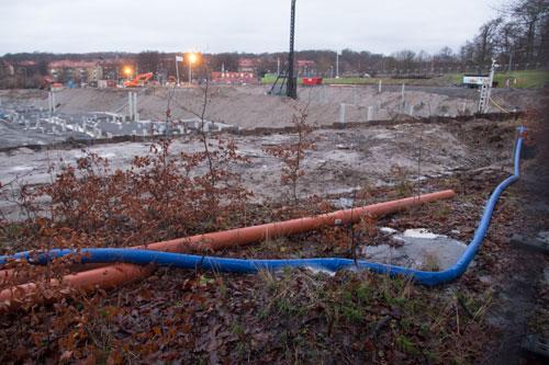 Det pumpas undan mycket vatten, en av slangarna har fått en läcka och bildar en liten vattenkonst. Foto: Per Hallén 2014