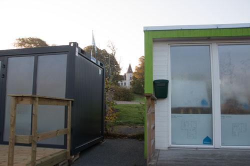 Stora Torp skymtar mellan försäljningsbarackerna - Slott och koja? Foto: Per Hallén 2014.