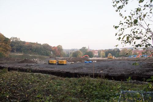 Stålbarriären invid allén och bortom den skymtar stora betongrester efter TV-hustiden. Foto: Per Hallén 2014.