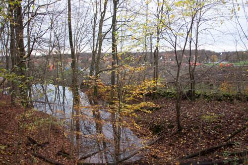 Invid detta område skall hyresrätter uppföras! De nya rören som skall leda bort vattnet verkar inte fungera... Foto: Per Hallén 2014.