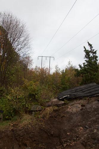 Kraftledningen går idag högt över villor och lekplatser i Björkekärr. Foto: Per Hallén 2014.