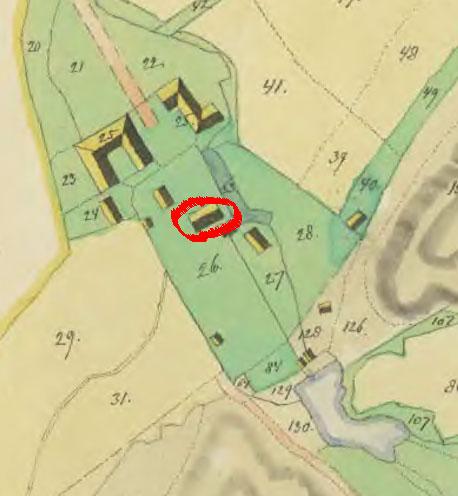Huvudbyggnaden är markerad med en röd ring. Vid dammen syns kvarnanläggningen.