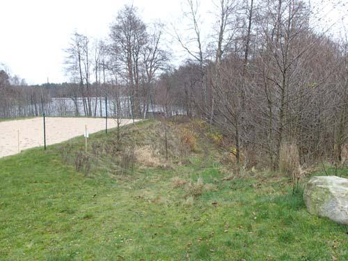 """I kanten av polisernas konstgjorda """"strand"""" låg Kalvkärr, Korvetorpet."""