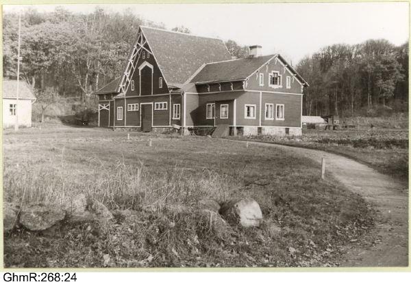 Kärralunds herrgård: ekonomibyggnad med b.la. stall men även inrymmande bostäder i den för åskådaren synliga gavelsidan. Vy söderifrån. Foto: Göteborgs Stadsmuseum GhmR 268 24.
