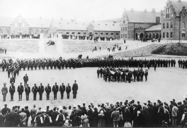 Första Göta Artilleriregemente tågar in i de nya kasernerna vid Kviberg 1895-01-10. 1895-01-10