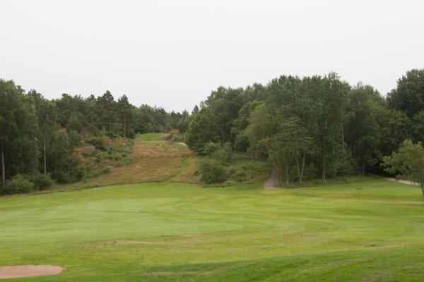 Idag slår golfare ut sina bollar från Mossberget, förr kunde det stå kanoner där tillhörande Göta arteleriregimente. Foto: Per Hallén 2015
