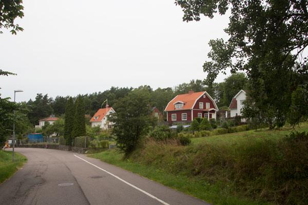 Innan du åter är nere vid Kallebäckskällan ser du dessa hus på höger sida av vägen. Där låg torpet Wattnet under 1700-talet. Foto: Per Hallén 2015