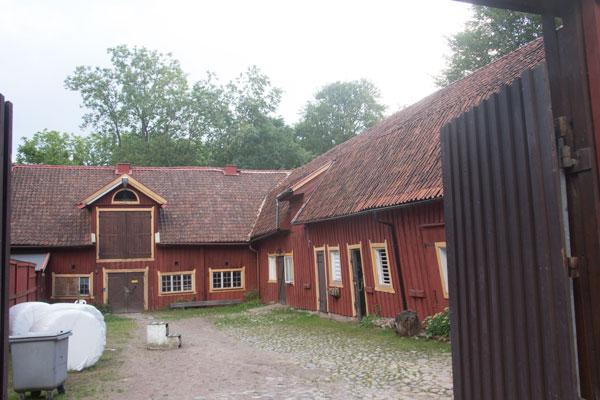 Stora Torps ekonomibyggnader - idag stall - byggdes 1851 och skall under hösten 2015 renoveras. Foto: Per Hallén 2015