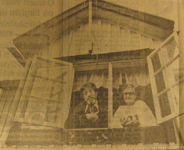 """Edla och Joel Eliason i sin stuga i Torpakolonin. Vi har bott i skärgården tidigare, men tycker det är bättre här"""" Foto: Åke Silfversparre."""