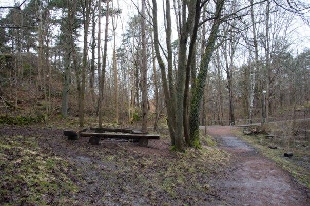 Där bänkarna står låg tidigare Korpås torpets stuga. Foto: Per Hallén 2016