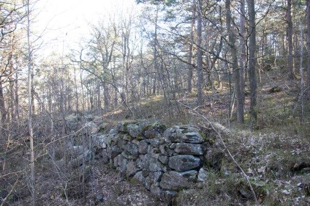 Detta är inte någon hägnasdsmur, det är en kvarndamm. Foto: Per Hallén 2016