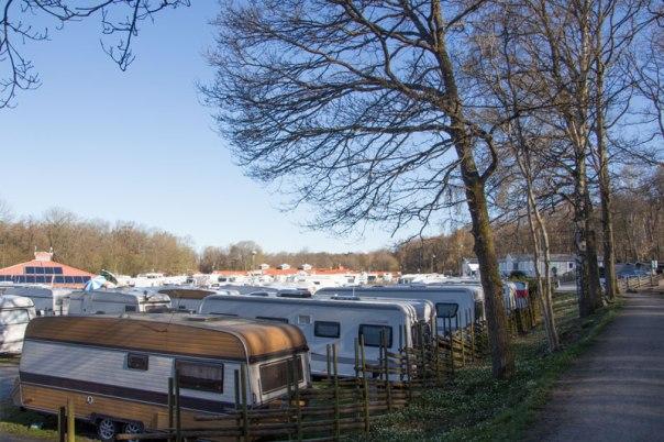 Idag är camping inte endast något som hör till sommaren, det är många husvagnar här oavsett årstid. Foto: Per Hallén 2016