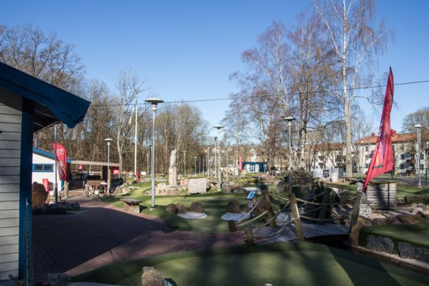 Minigolfbana istället för trädgård. Foto: Per Hallén 2016