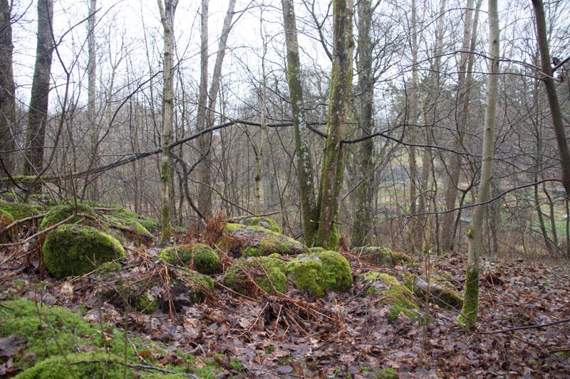 Några stenar är allt som idag återstår av den äldsta stugan vid Korpås. Foto: Per Hallén 2016