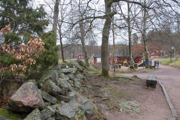 Stenmuren från laga skiftet är ännu väl synlig mitt i Skatås. Foto: Per Hallén 2016