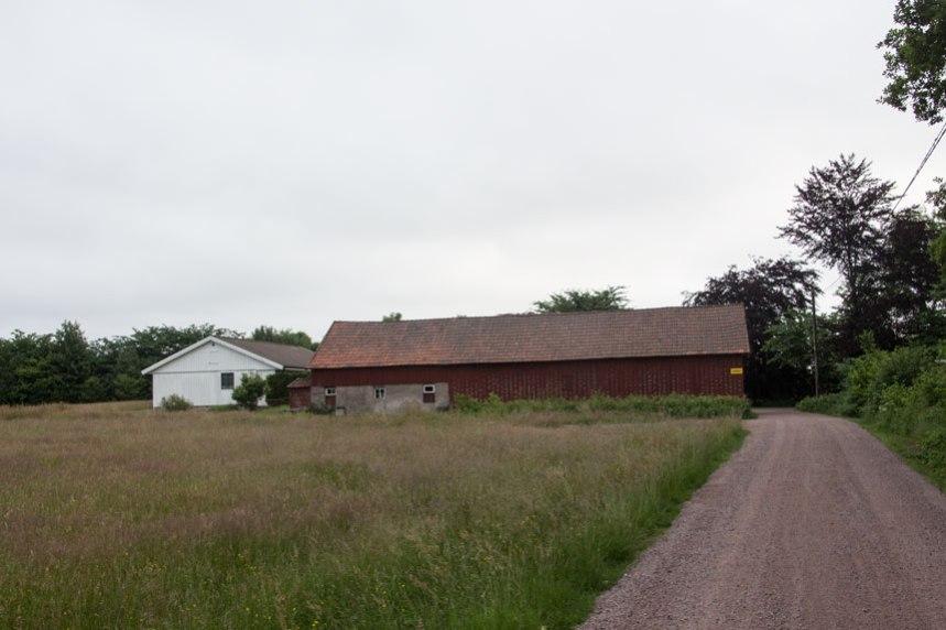 Till vänster låg gårdens åkrar, nu förbereds för modern bebyggelse. Foto: Per Hallén 2016.