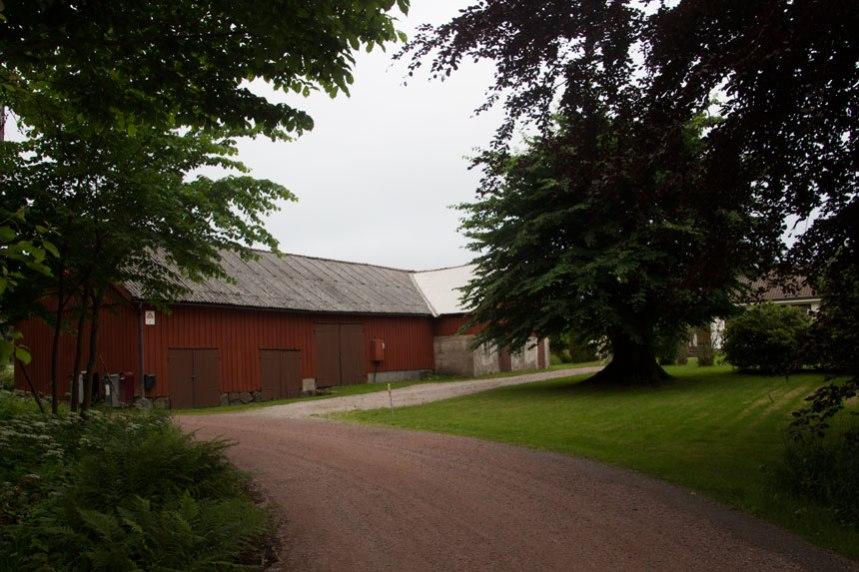 Efter delningen av Gökegården uppfördes en ny huvudbyggnad och ekonomibyggnader som ännu kan ses vid infarten till Gökegårdens område. Foto: Per Hallén 2016.