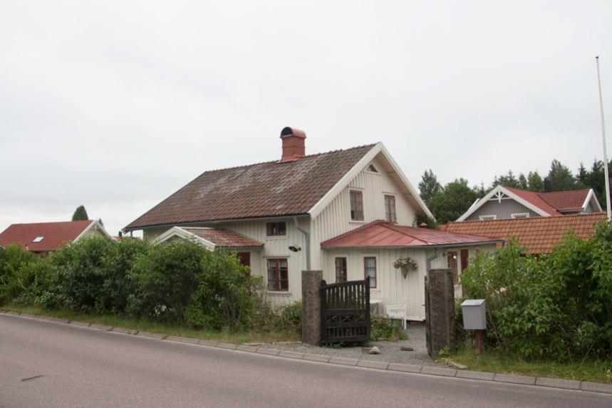 Storegårdens andra boningshus, i bakgrunden skymtar dess ekonomibyggnader. Foto: Per Hallén 2016